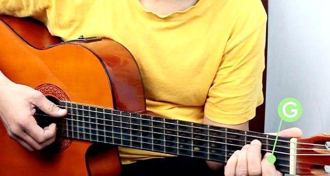 Imaginea intitulată Redați o coardă majoră E pe o treaptă de chitară 4