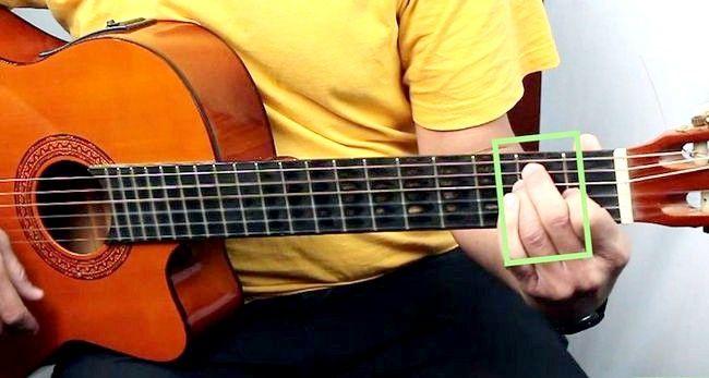Imaginea intitulată Redați o coardă majoră E pe o treaptă de chitară 8