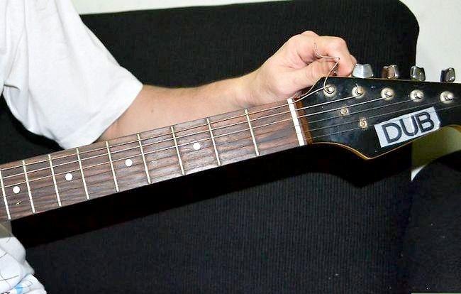 Imaginea intitulată Tunează-ți chitara în picătură D Pasul 1