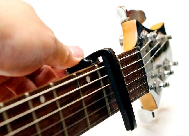 Imaginea intitulată Folosiți un Guitar Capo Pasul 3